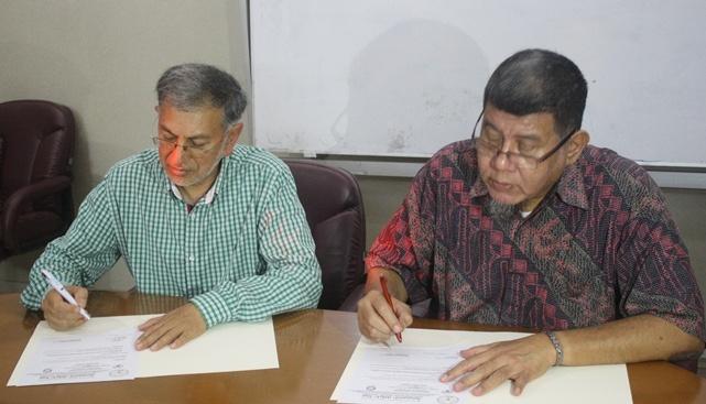Zeinoul Abesien Cajee (Awqaf SA) dan Mustafa Edwin Nasution (BWI) sedang menandatangani MoU, Rabu (4/6/2014), di Kantor BWI.  - 14018703431712643458 - Awqaf SA: Indonesia Harus Memimpin Perwakafan Dunia