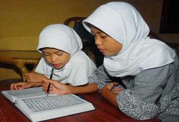 - anak belajar mengaji dan membaca alquran ilustrasi  140523141015 265 - Rumah Wakaf Indonesia Salurkan Buku Metode Ummi di Lembang