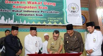 - siak - BWI Siak Setorkan Uang Wakaf ke Bank Riau Kepri Syariah
