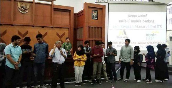 Prof. Dr. Ir. Mohammad Nuh DEA medemontrasikan cara mudah wakaf Uang  - Prof - Prof. Dr. Nuh: Jadilah Generasi Muda yang Berwakaf