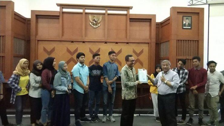 Prof. Dr. Mohammad nuh, DEA memberikan Surat Tanda Bukti Pendaftaran Nazhir Wakaf Uang untuk Yayasan Manarul Ilmi ITS  - Prof - BWI Sahkan Yayasan Manarul Ilmi ITS Sebagai Nazhir Wakaf Uang